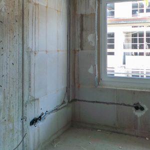 Innen: Rohinstallation Elektro, Trockenbauwände, Fenstereinbau, Vorbereitungen Innenputz im Haus 4