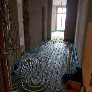 Verlegen der Fußbodenheizung im Obergeschoss.