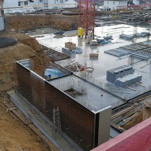 Bodenplatte Haus 4 ist betoniert, erste Wände werden geschalt.