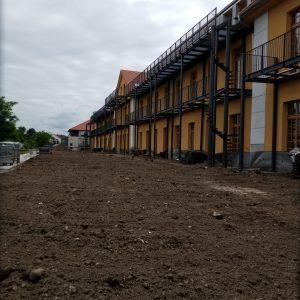 Blick auf Ostseite mit vorgestellten Balkone inklusive Fluchtlaufsteg für DG Wohnungen