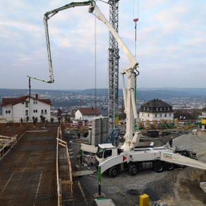 Betonieren des 2. Abschnitts der Decke über unterem Tiefgaragengeschoß mit Betonpumpe, insgesamt ca. 310 m³ Beton